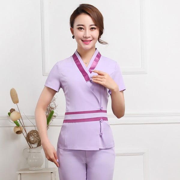 Các mẫu đồng phục giáo viên mầm non phong cách thể thao thường được điểm xuyết các đường viền áo để tạo điểm nhấn
