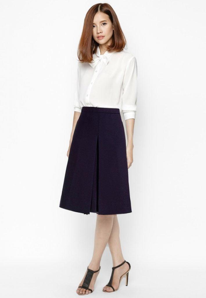 Kết hợp sơmi trắng với váy giúp các cô trông nữ tính và dịu dàng hơn