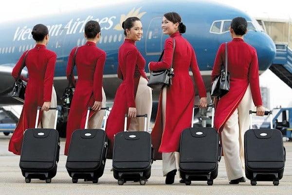 Bộ đồng phục áo dài cũ của hãng hàng không Vietnam Airline có màu đỏ, họa tiết trơn nổi bật