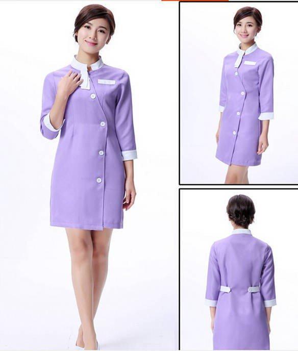 Khá nhiều trường mầm non chọn đồng phục giáo viên là váy bởi nó mang đến sự thanh lịch, nhẹ nhàng cho người mặc. Váy thường có kích thước gần tới đầu gối với các màu sắc nhẹ nhàng như tím, hồng, xanh,...