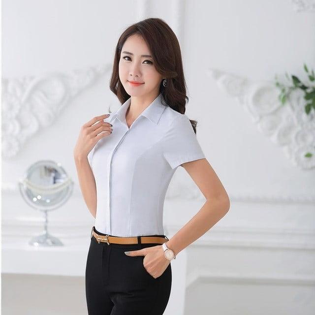 Khi kết hợp sơmi với quần tây hay váy thường đi kèm với phụ kiện là thắt lưng