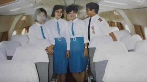 Thời kì thứ 2 trang phục của tiếp viên hàng không Vietnam Airline là áo sơ mi trắng và chân váy xanh