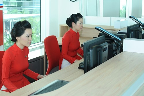 Vietinbank lựa chọn mẫu áo dài màu đỏ, họa tiết trơn để làm mẫu đồng phục cho các nhân viên, thể hiện sự nhiệt huyết và tươi trẻ của ngân hàng