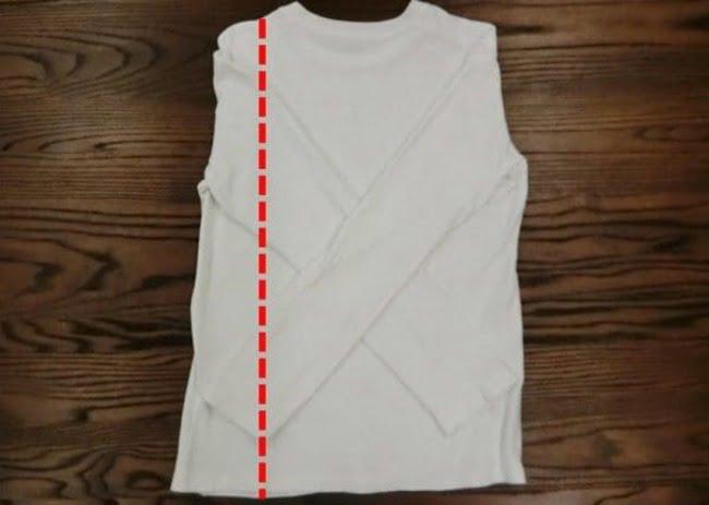 Gấp một phần áo phía bên cánh trái vào trong theo đường màu đỏ