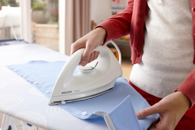 Khi ủi áo sơ mi, bạn ủi lần lượt tay áo, vai áo, cổ và thân áo