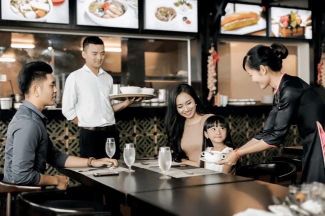 Đội ngũ nhân viên sẽ tác động đến vị thế của nhà hàng trong mắt thực khách.