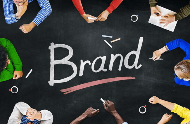 Tên thương hiệu ảnh hưởng đến ấn tượng đầu tiên của khách hàng.