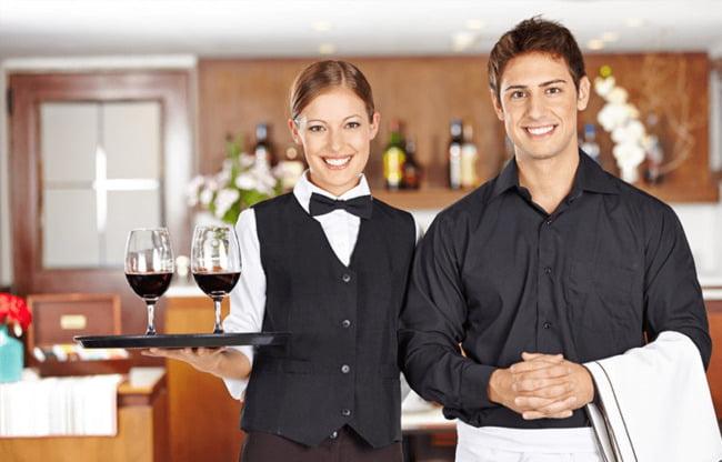Thiết kế đồng phục cho nhân viên cũng nên được quan tâm khi kinh doanh nhà hàng.