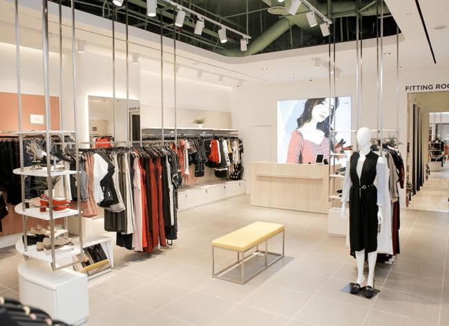 Cửa hàng nên được thiết kế với tông màu sáng tạo cảm giác thoáng đãng.