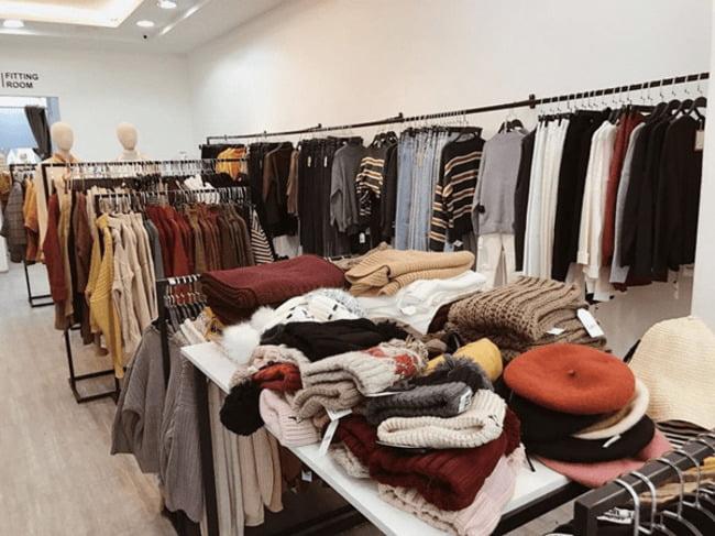 Kinh doanh với mô hình mở cửa hàng bạn sẽ phải nhập hàng vào kho trước để kịp thời phục vụ và trưng bày.
