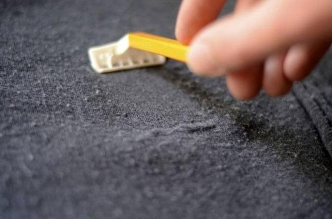 Sử dụng dao lam cũng giúp khắc phục tình trạng vải xù lông hiệu quả