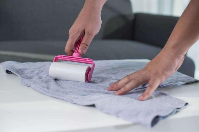 Cây lăn bụi giúp cuốn sạch các xơ vải xù nhanh chóng, hiệu quả