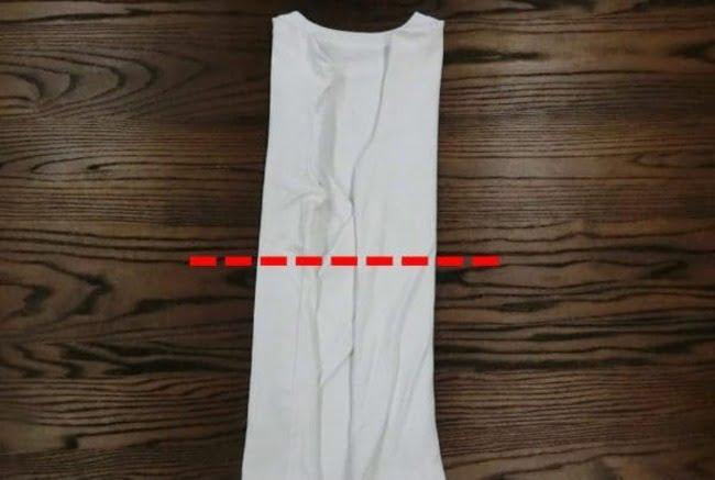 Gấp chiếc áo thun tay dài làm đôi theo hướng từ phần gấu áo lên đến cổ áo