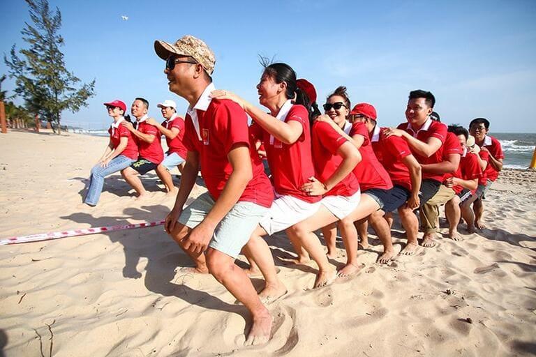 Còn gì vui hơn khi hành hạ đồng đội mình trên bãi biển