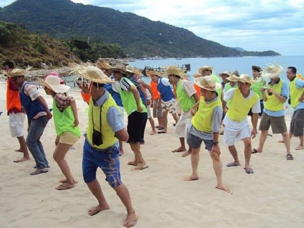 đa dạng các trò chơi team building trên bãi biển