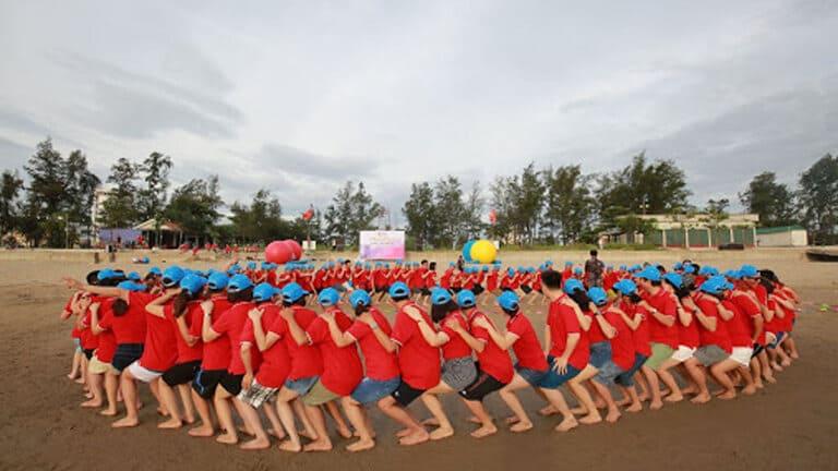 các thành viên nối thành đoàn tàu trong một chương trình team building trên biển