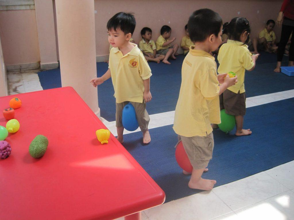 Trẻ em cảm thấy thích thú khi tham gia các trò chơi team building