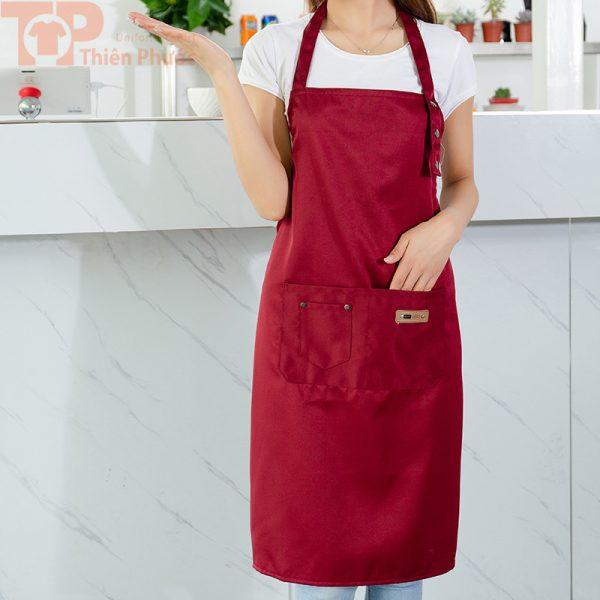 Mẫu đồng phục bếp phối tạp dề đỏ đô cho nữ