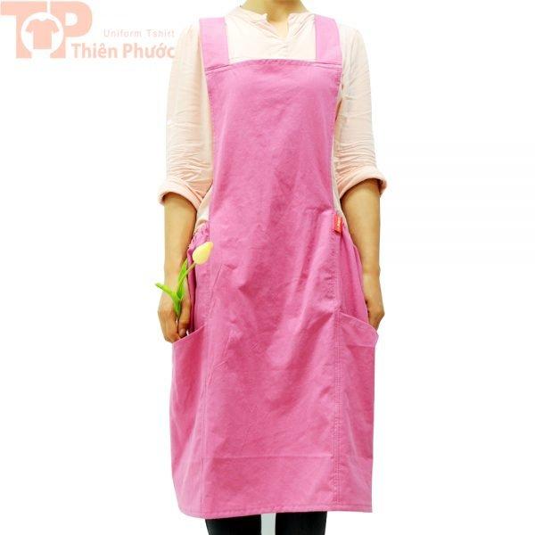 Mẫu đồng phục bếp phối tạp dề màu hồng